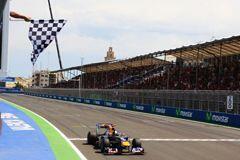 El alemán Vettel cruzó la meta con menos de un segundo de ventaja sobre...