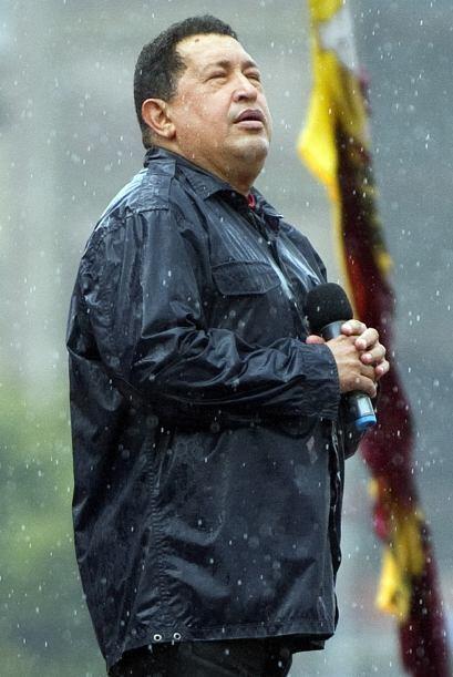 Bajo la lluvia que cayó sobre la ciudad y protegido con una chaqueta imp...