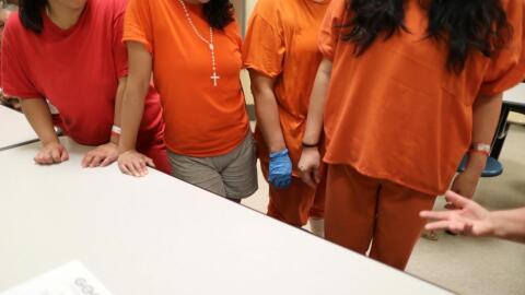 Un grupo de mujeres en el centro de detención para inmigrantes en...