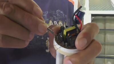 Reparadores de bombillos, uno de los oficios que está surgiendo en Venezuela ante la crisis e hiperinflación