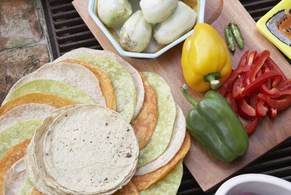 Agrega tus vegetales previamente horneados y sazonados.