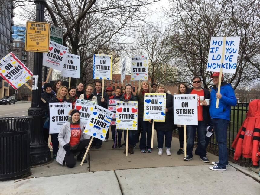 Cientos salen a dar su apoyo a los maestros de Chicago
