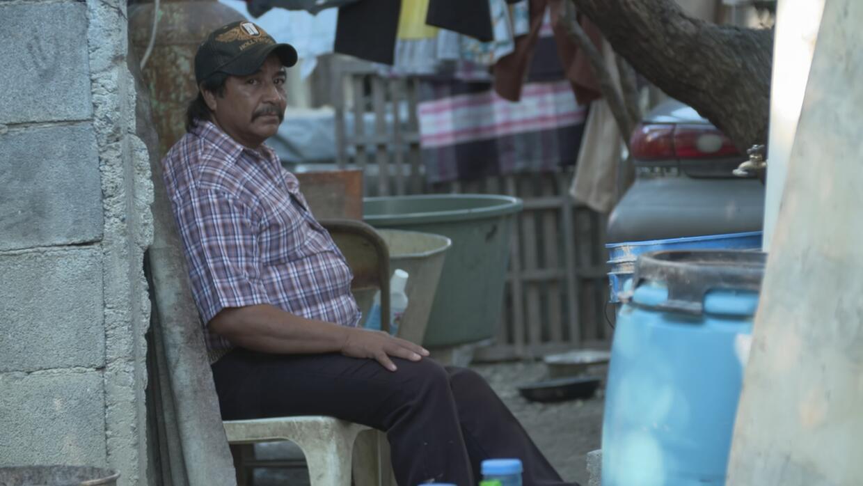 Juan González sentado en el patio de su casa en Doctor González, Nuevo León
