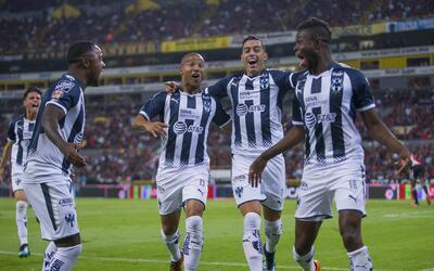 Monterrey festeja uno de sus dos goles ante Atlas.