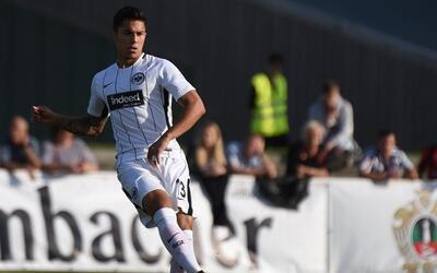 El defensor debutó con el Eintracht Frankfurt.
