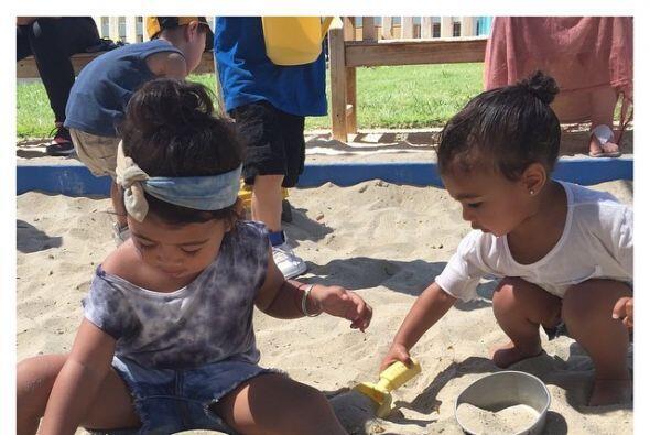 Jugando en la arena con una amiguita.