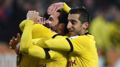 El Dortmund reacciona, remonta al Augsburgo y evita la fuga del Bayern