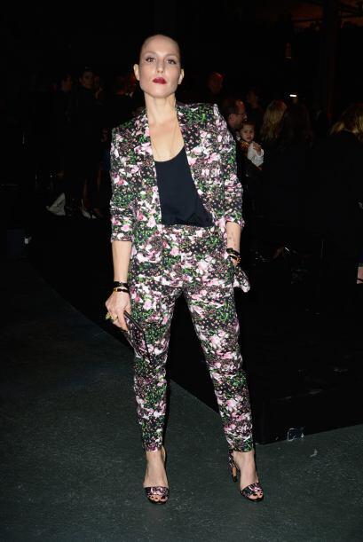 La actriz Noomi Rapace lució un traje con estampado floral.