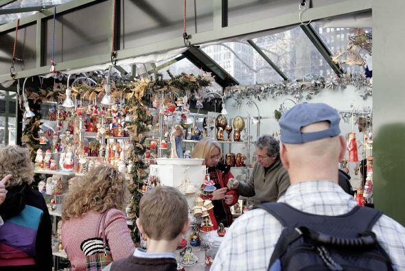 Las ferias navideñas se montan alrededor de la ciudad ofreciendo artícul...