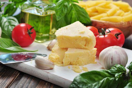 Entrada: Rollitos de queso con pesto Ingredientes:  1 pieza entera de pa...