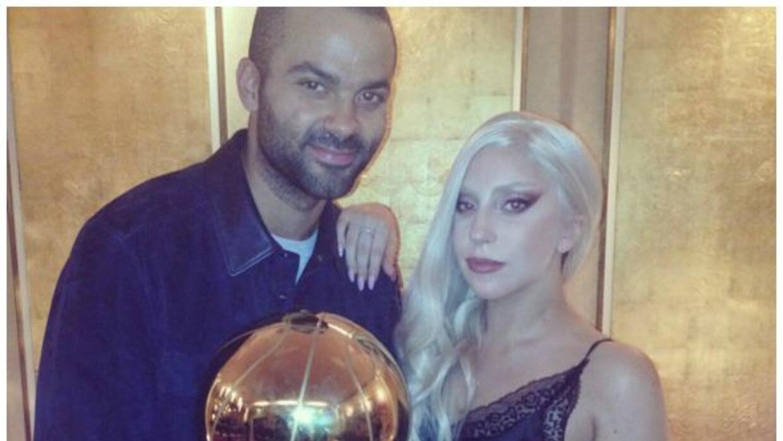 Lady Gaga asisitió el juego de pretemporada de los Spurs en Berlín, y ap...