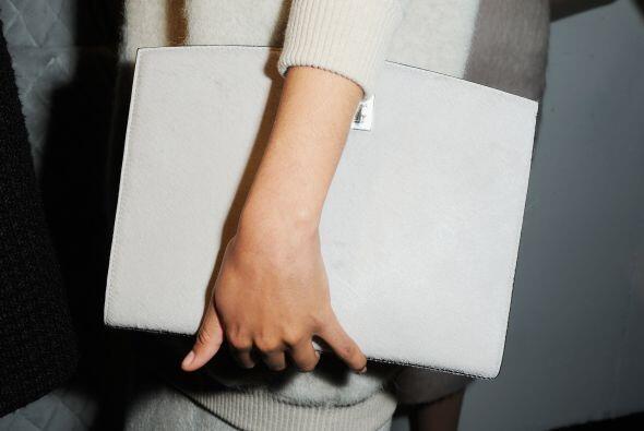 Los bolsos en esta forma varían un poco más en tamaño y suelen llevarse...