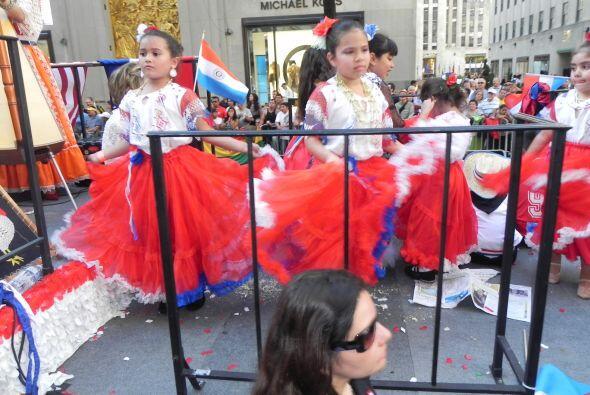 Los niños en el desfile de la Hispanidad d5a1e96d36e449beb752f26cee1751a...