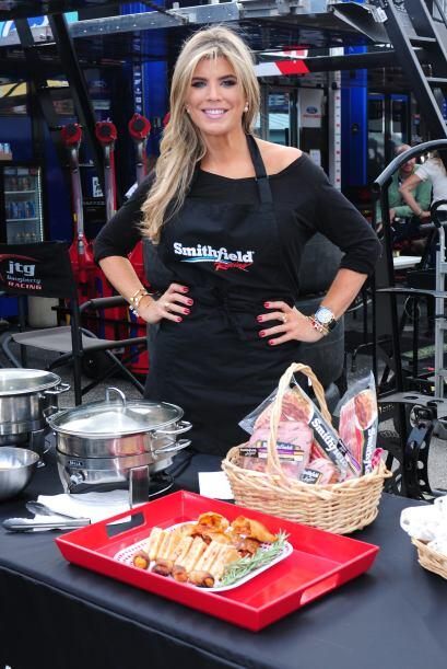 Ana apoya tanto al talento latino de la Nascar, ¡qué incluso cocinó para...