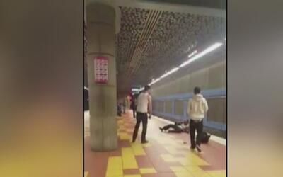 Graban la brutal agresión a un indigente en el metro, en el área de Holl...