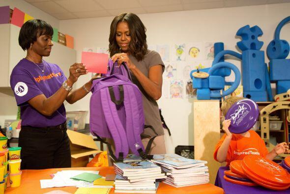 La pareja llevó mochilas, libros y juguetes a la Inspired Teachers School.
