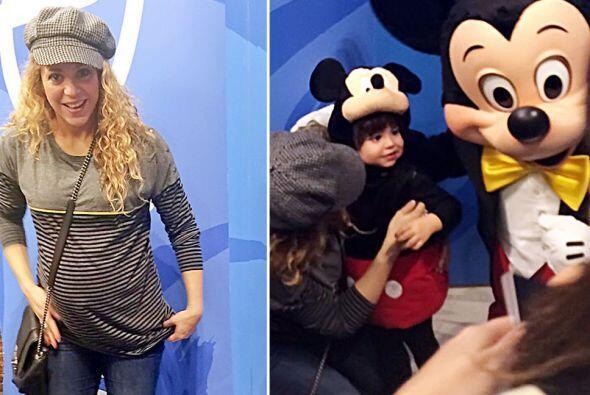 Milan estaba muy feliz de conocer a Mickey Mouse.