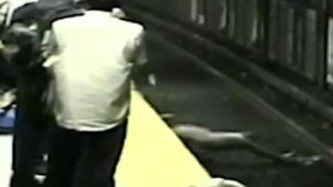 Esta mujer se salvó de la muerte tras ser rescatada de las vías del metr...