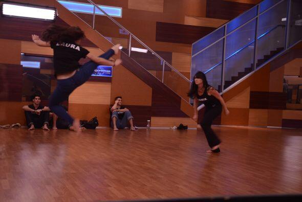 Laura la niña karateca y Shanik se apoderaron del teatro.