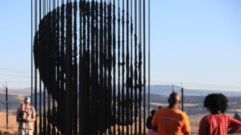 Sudáfrica eleva oraciones porNelson Mandela.