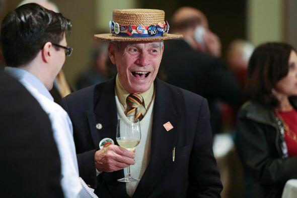Hank Schwab de Atlanta usa un patriótico sombrero que ha llevado durante...