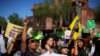 El concejo municipal de Los Angeles aprobó un aumento al salario mínimo.