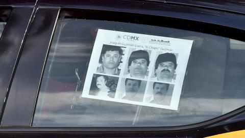 """La foto de """"El Chapo"""" en una patrulla."""