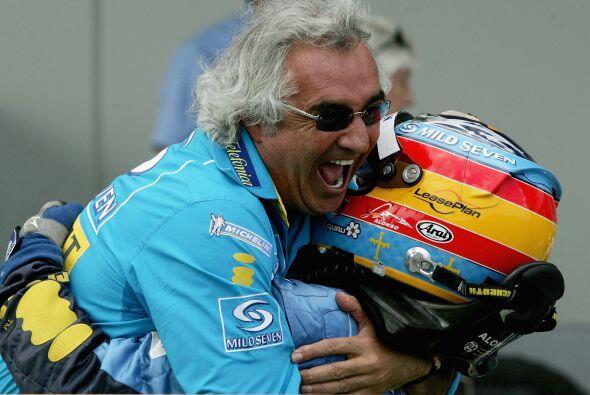 Llegó el fin de la temporada y Alonso se coronó. Flavio Briatore no cabí...
