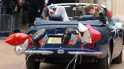 Los recién casados en el Aston Martin Volante