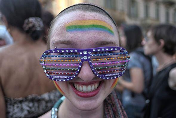 En Turín, una joven posa con enormes gafas de colores.