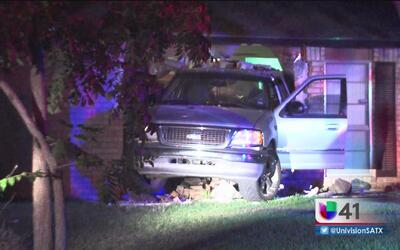 Familia se llevó un gran susto cuando un automóvil chocó con su casa en...