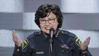 Aparece la pistola que le habían prestado a la exsheriff Lupe Valdez, candidata a la gobernación de Texas