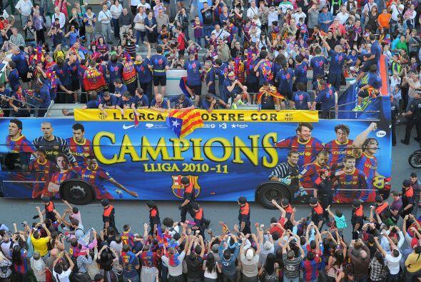 El FC Barcelona ganó su 21º título de Liga, el tercero consecutivo y tra...