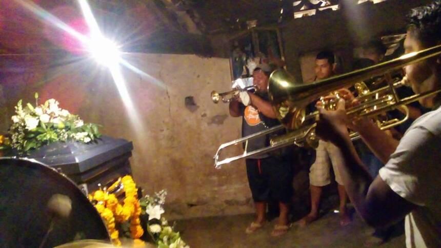 Un conjunto musical tocó durante las exequias, una costumbre en algunos...