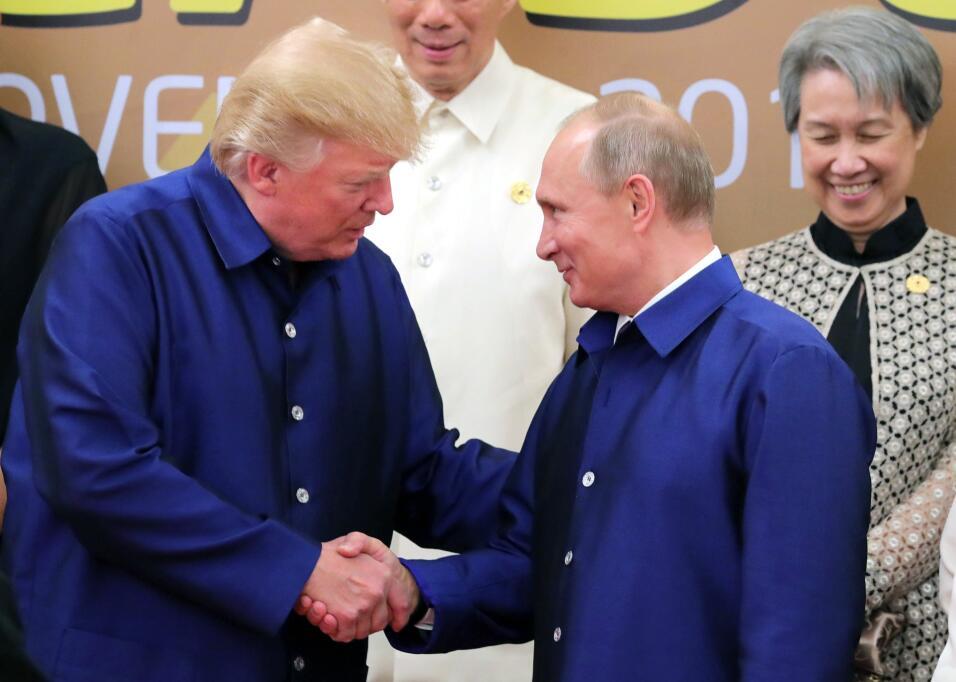 Trump y Putin en la cumbre de la APEC, en Vietnam.