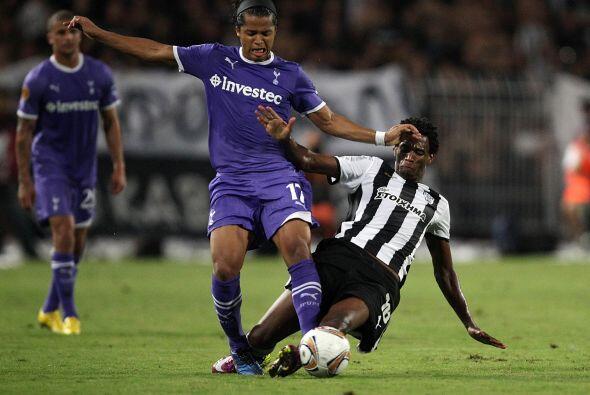 El mexicano Giovani Dos Santos disputó casi todo el partido, con una mod...