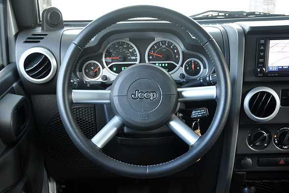 El volante se encuentra forrado en cuero para otorgar mayor comfort.