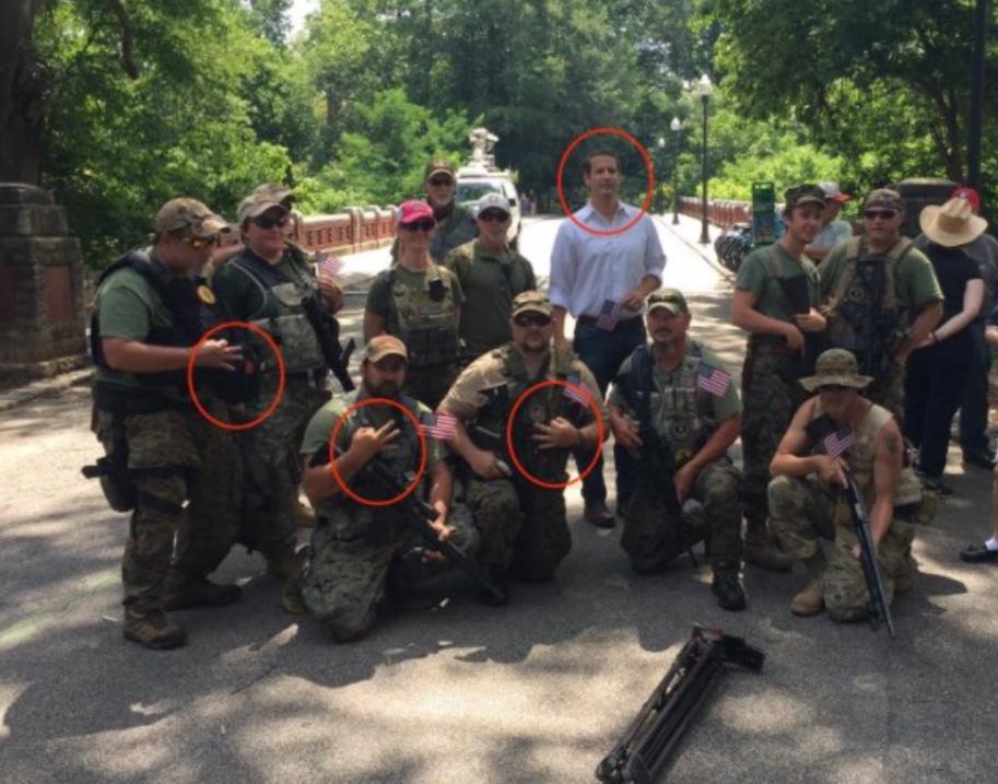 El senador estatal Michael Williams se presentó con miembros de la milic...