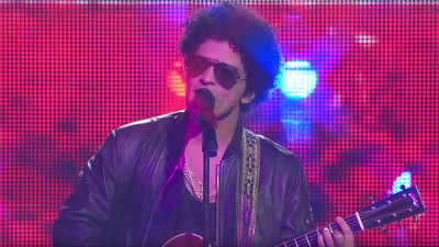 "Bruno Mars performs bilingual version of ""Just The Way You Are"" at Somos Live"