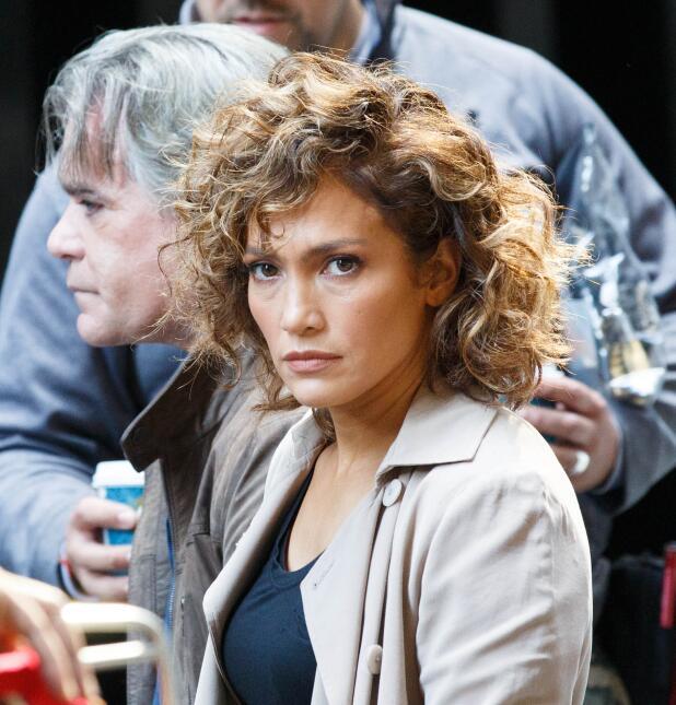 JLo esperando en el set de 'Shades of Blue'.