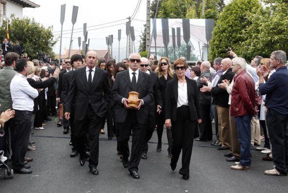 Alrededor de mil personas se congregaron frente a la iglesia y aplaudier...