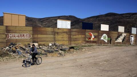 Una serie de prototipos del muro de Trump están a la vista en ple...