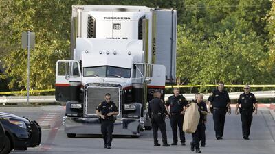 Agentes de la Policía de San Antonio investigan la escena donde fueron h...