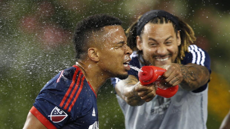 Jermaine Jones le riega agua en la cara a Charlie Davies