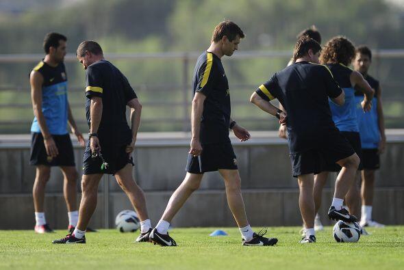 Tito Vilanova dirigía la práctica poniendo atención en todos sus pupilos.