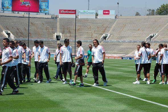 Varios futbolistas comenzaban a caminar por el césped, aunque a Héctor R...