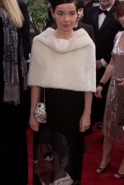 ¿Alguien se acuerda del vestido de cisne tan espantoso que Bjork...