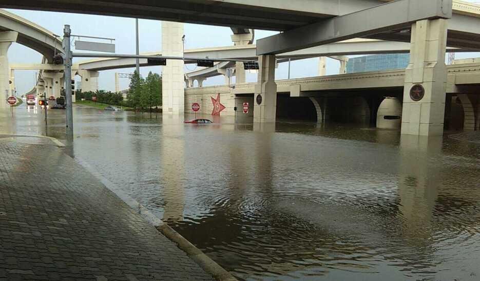 Siguen las lluvias severas en Houston y condados aledaños. Hay graves in...