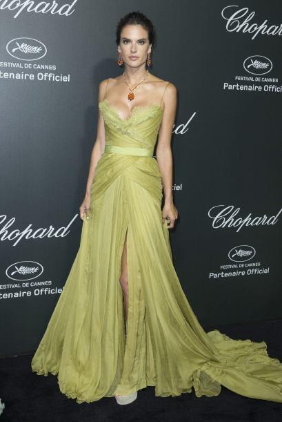 Alessandra escogió un vestido en un tono verde claro que la hacía destac...