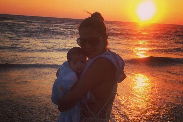 En brazos de mami disfrutando del mar.